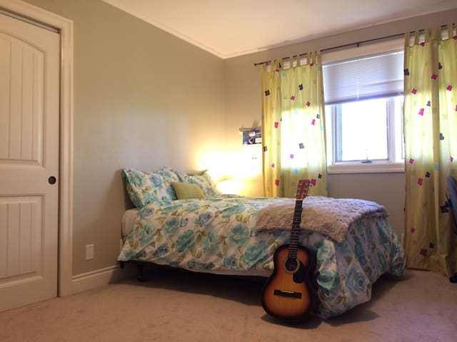 Dormitorio Unb ~ Charming spa home spacious room near UNB Hospital en Saint John, New Brunswick, Canadá