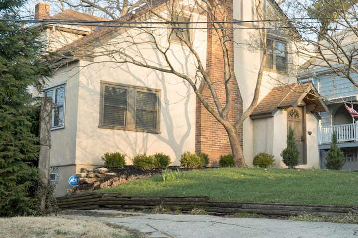Delightful Private Lane Home in upscale Hyde Park
