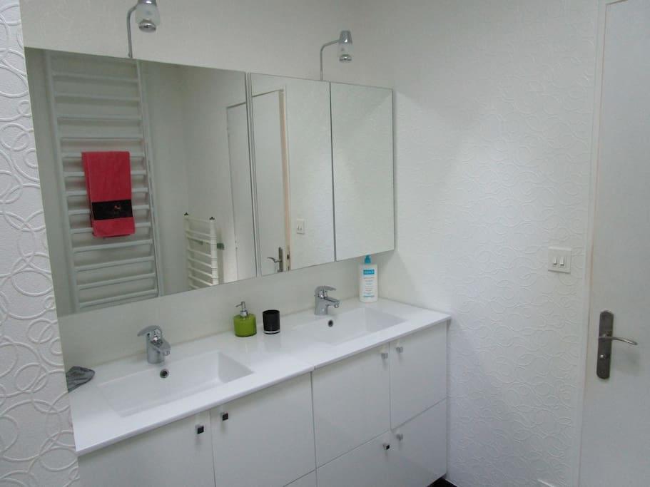 Salle de bain partagée entre les deux chambres