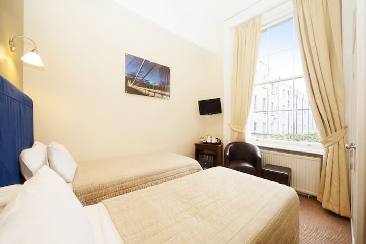 Twin room in the Heart of historic Clifton