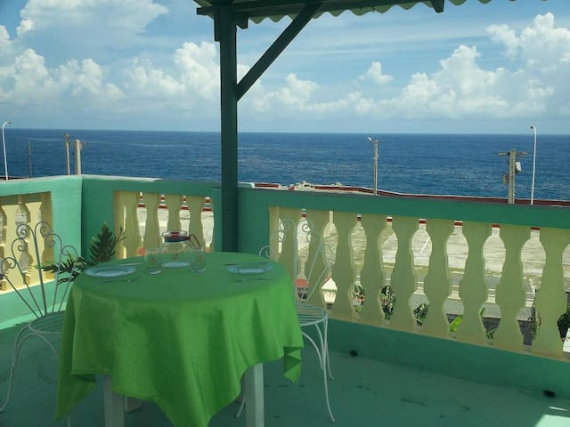 Sea and city views with terrace at ideal location - Baracoa - Hus