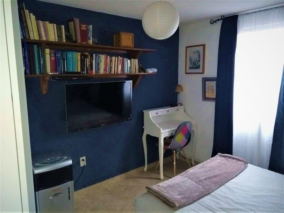 """La habitación cuenta con una pantalla de 42"""" con televisión abierta (no cable),  blu-ray  y un pequeño secreter que te servirá para trabajar si así lo deseas."""