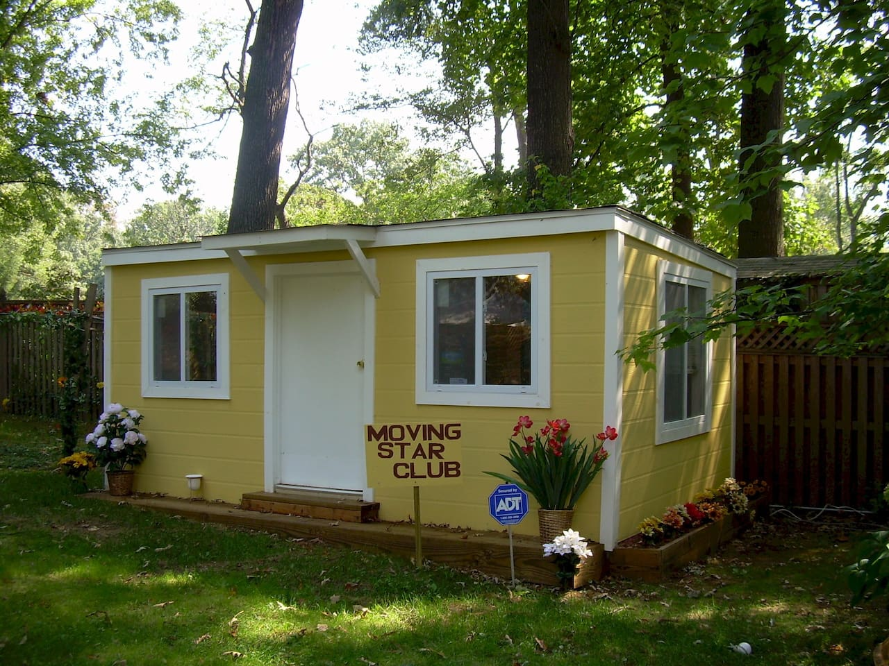 Artist studio is great for one person who would like serenity nestled in the trees the sounds of birds peace and quiet and the use of the sunroom and a shared kitchen and bath.