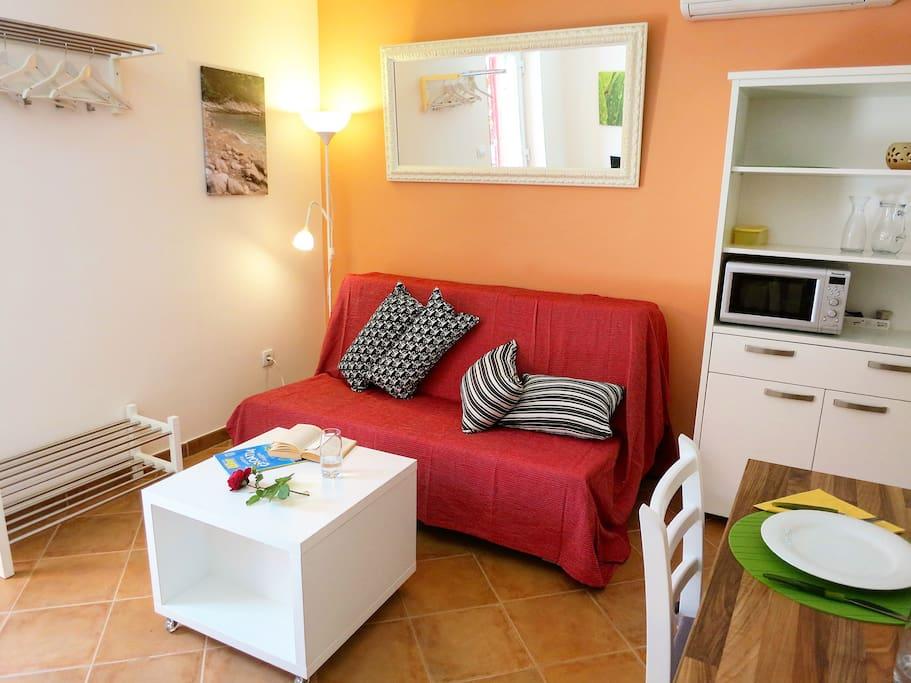 Wohnbereich mit grossem Bettsofa und Klima Anlage