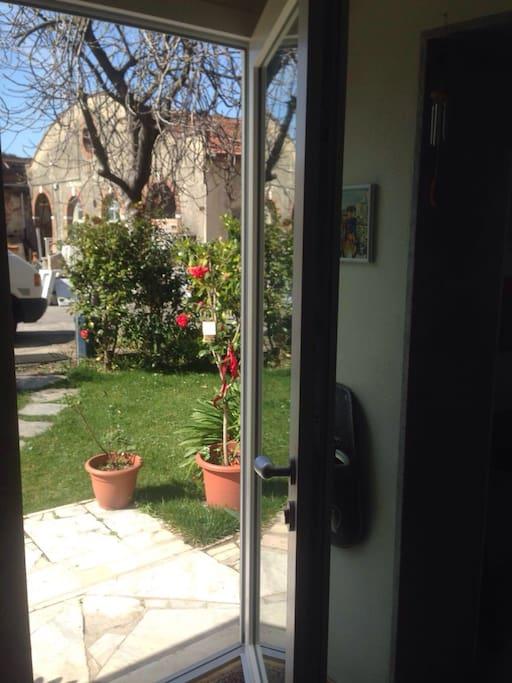 Porta principale sul giardino