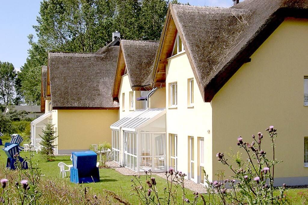 Die Außenansicht des Strandhaus Lobbe im Seebad Lobbe auf Rügen.