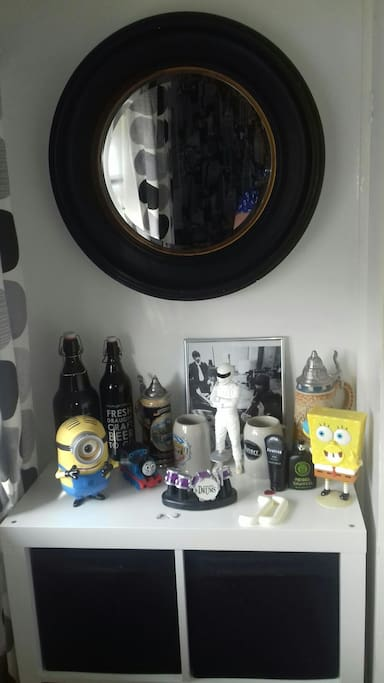 dressing table with novelty ithems and mirror