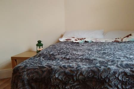 Double bedroom next to Phoenix Park - Ballyfermot - 独立屋