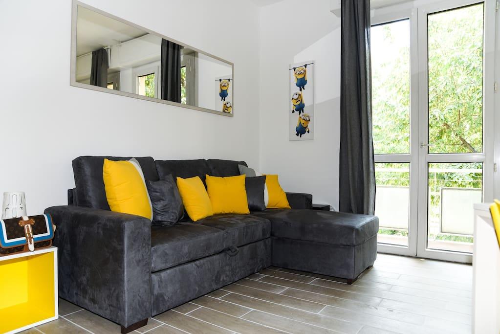 divano letto in soggiorno con terrazzino