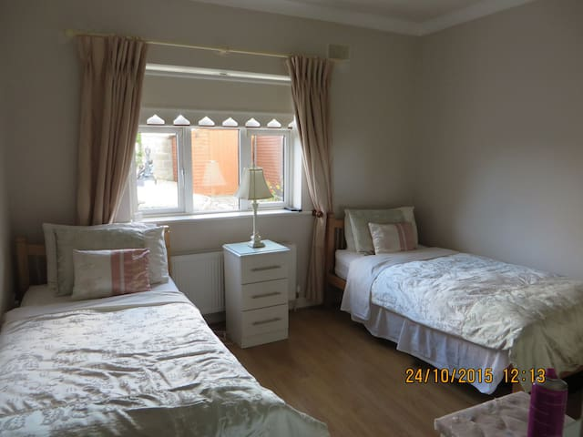 Twin Bedroom - Sallins - Bungalou