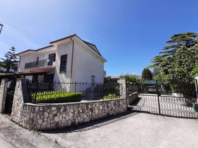 Villa 140m² con 9 posti letto 2bagni 100m dal mare