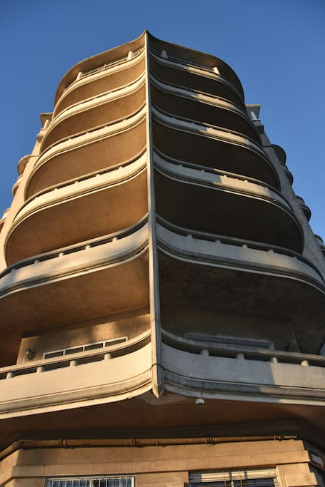 Fachada del edificio Proamar patrimonio de Montevideo con forma de Proa monumento arquitectónico de 1934.
