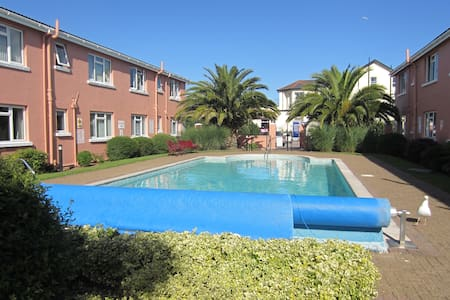 Lovely seaside apartment for 5 with heated pool