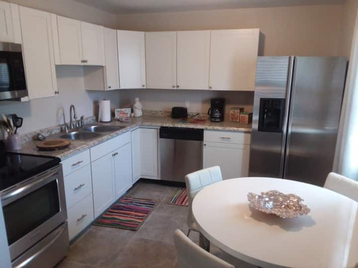 2 Bed  with Kitchen, Pool and close to the Beach
