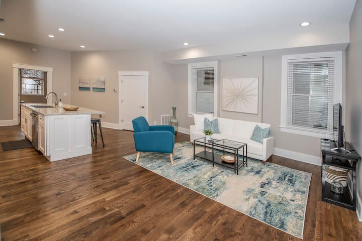 Gorgeous Condo Downtown, Gated Parking Included!