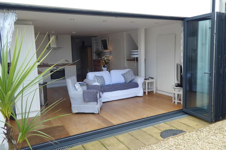 The Giggle - bright flat + Bi-Fold doors to garden
