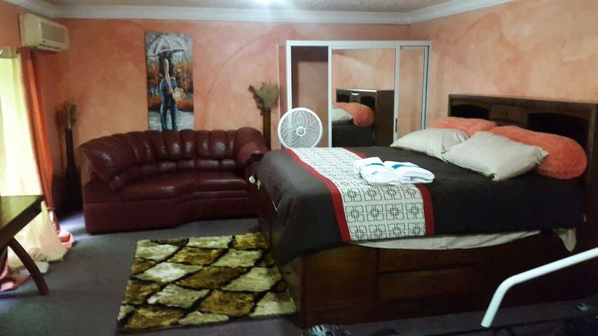 Casa Roma Decima, perfect cozy vacation spot! - Kingston - Apartamento