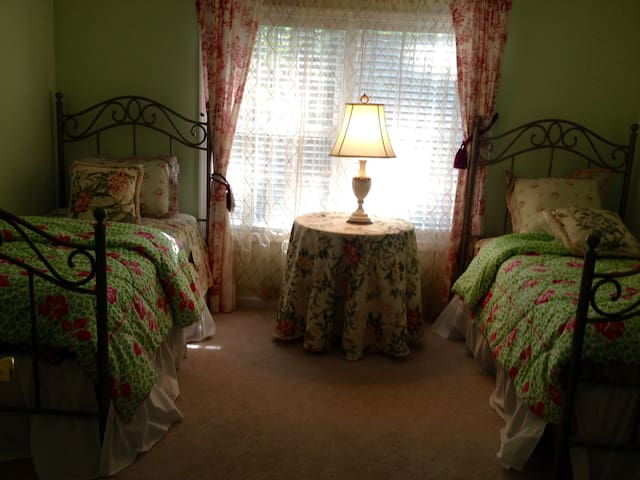 Rehoboth private room -Twin beds- Great space!