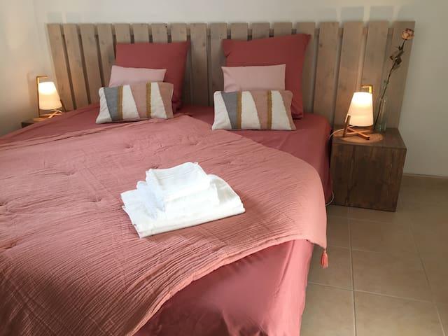 Le lit n'est pas figé pour un couchage double. Il peut être séparé pour offrir deux couchages indépendants.