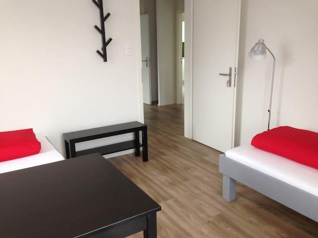 Zimmer 2 mit Gemeinschaftswohnküche - Allschwil - House