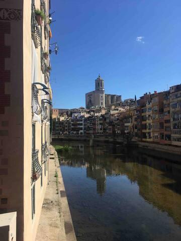 Girona (a solo 35 min en tren)