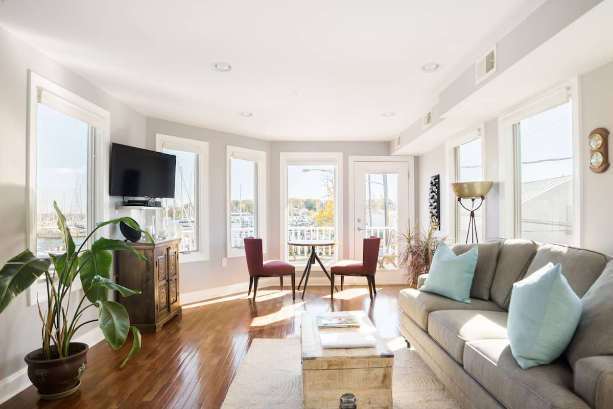 Walk to Historic Annapolis from a Waterfront Apartment