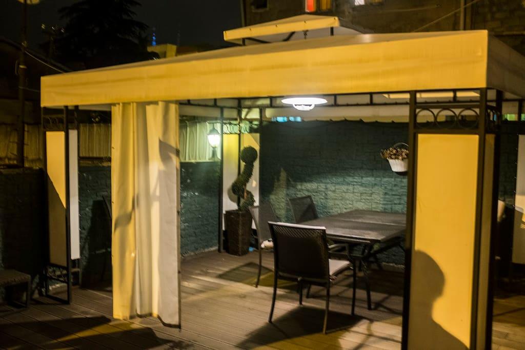 Квартира имеет очень большой балкон площадью около 40 м2 с современной мебелью и павильон, где вы можете провести приятные вечера. Для семей, у которых есть дети, у нас также есть качели на нашем балконе.