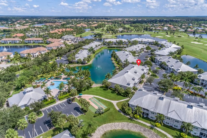 Lakefront home w/water view, golf, shared pool/hot tub/tennis