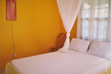 Sunny Yellow: Full Apartment - 8 minutes to town! - Mount Helicon - Ház