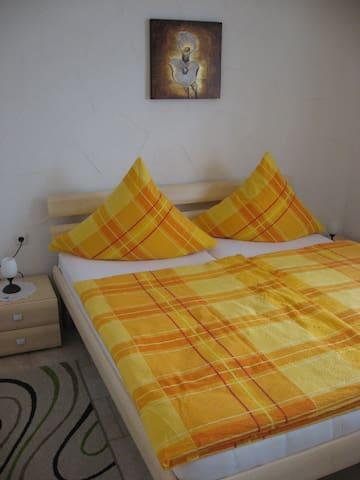 Schlafzimmer mit Doppelbett 1,80 x 2,00