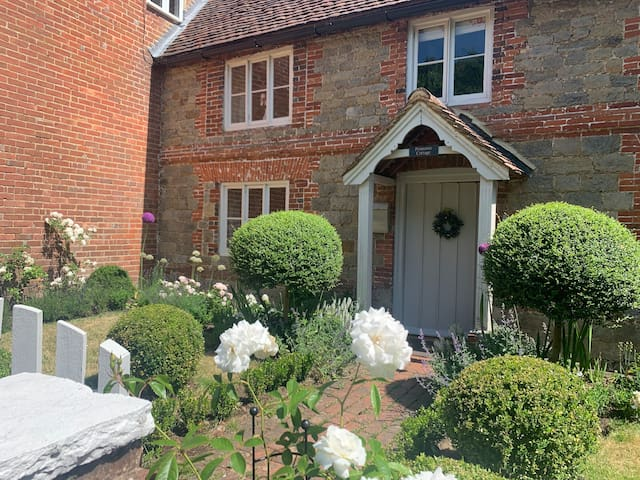 Village luxury cottage near Goodwood and the beach