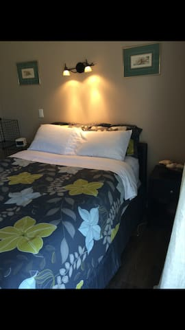 Quiet, clean queen room with shower - Creston - Bed & Breakfast