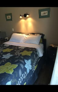 Quiet, clean queen room with shower - Creston - 住宿加早餐