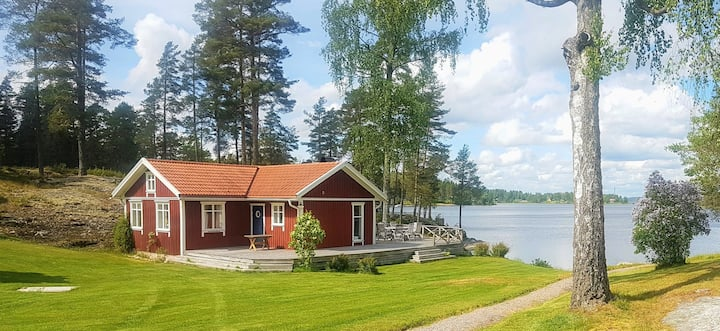 Separate and lovely Cottage - just by the lake
