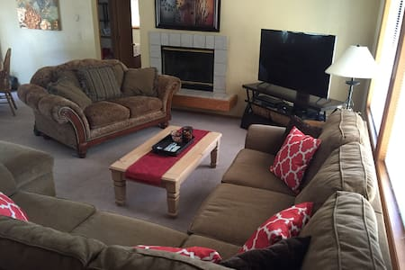Great 3 Bedroom Sunriver Home w/ 8 SHARC Passes - Sunriver - 獨棟