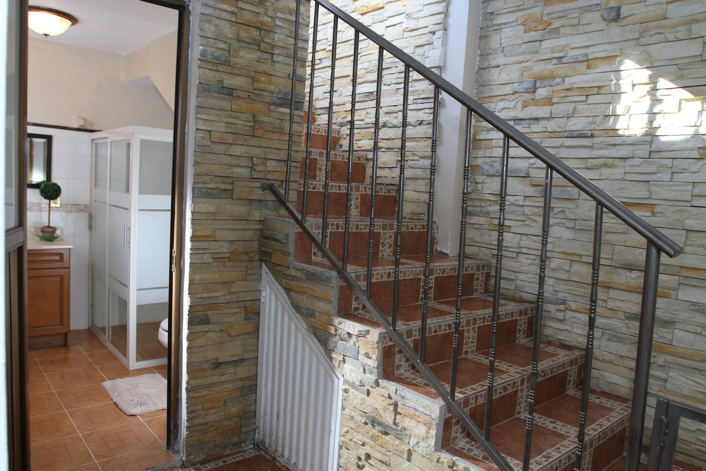 Entrada al baño y detalle de las escaleras.