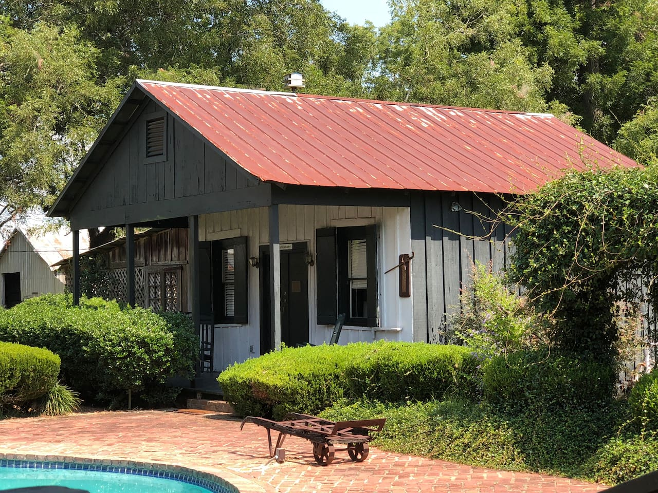 The Commissary is a quaint little cottage, listed on the National Historic Register.  The neutral palette is accented with rich reds. This cottage has an open floor plan with a king size bed, twin size sofa sleeper and a kitchen area.