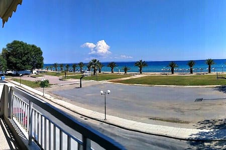 Bright and spacious apartment right on the beach! - Nea Plagia - 公寓