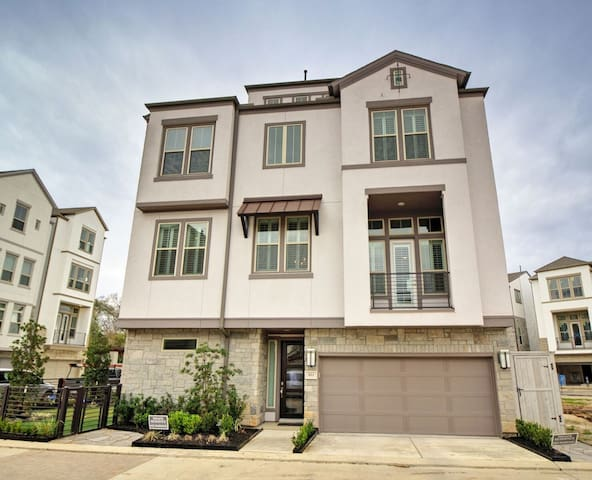 Beautiful 4-Story Townhome Close Drive to NRG