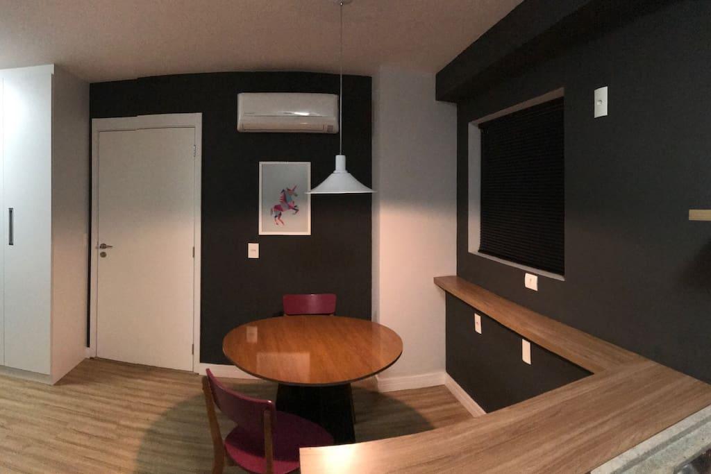 Mesa de Jantar com 4 lugares (mas 3 cadeiras no apartamento).