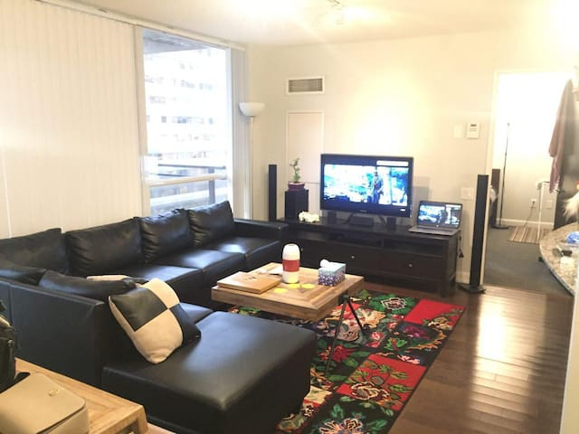 Beautiful Super Clean 1+DEN Condo Yonge/Sheppard