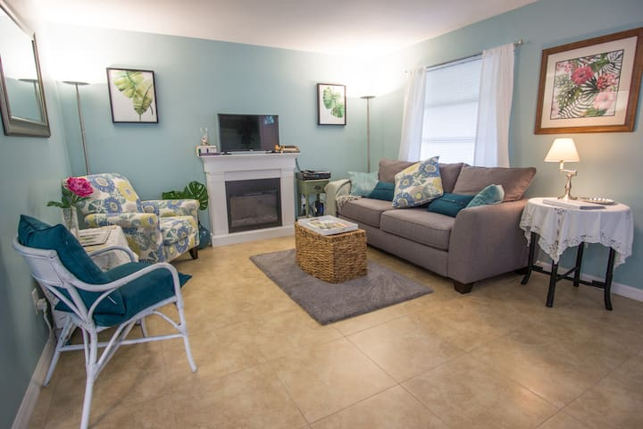Central Key Lime Cottage in Downtown Dunedin