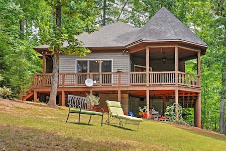 Cozy Scottsville Cottage w/ River Views & Gazebo!