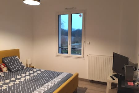 Belle chambre privative lit double +TV / Wifi