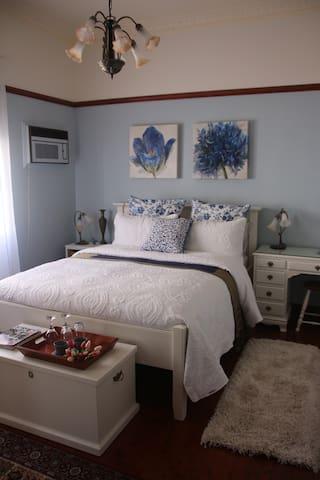 Lauralla Getaway - Queen Bedroom with ensuite