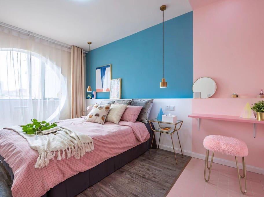 卧室,采用马卡龙色系调节出不一样的浪漫之感,房间内配有祖马龙的香氛,让你有一种别样的舒适感。其中房间内的圆洞是我们方圆民宿的一大亮点。