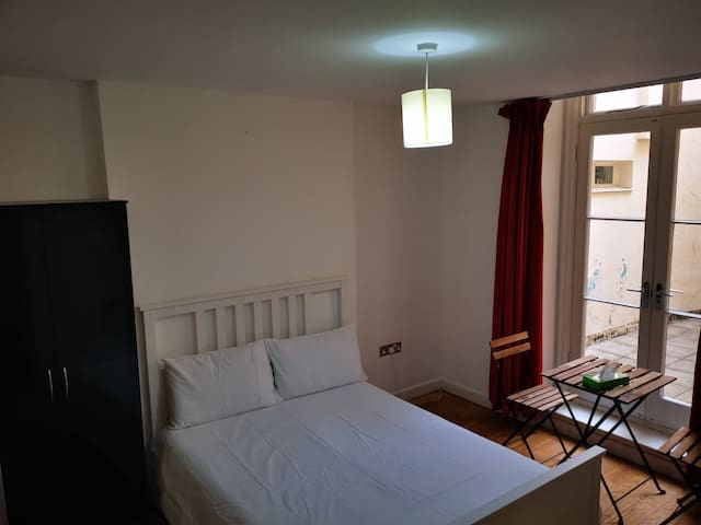 Beautiful big spacious room, next to Hyde Park.