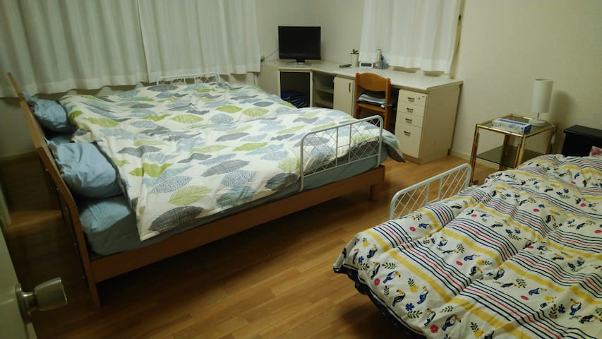 洋室2 シングルベッド3台
