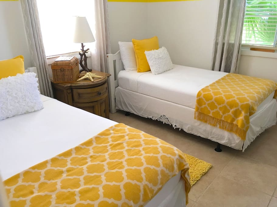 Twin Bedroom with adjoining shower,tub combo - 1 Bedroom rental in Providenciales near Airport