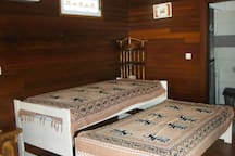 Les 2 lits gigognes défaits simplement en tirant celui du dessous